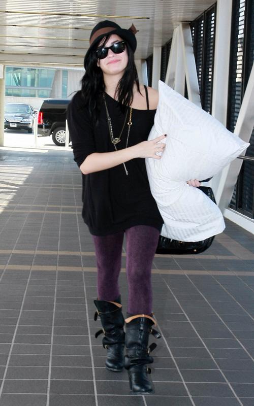 Demi Lovato rocks purple leggings at airport | Surfme